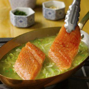 Coloque suavemente el pescado en el líquido de escalfado, teniendo cuidado de que el nivel del líquido sólo cubra la mitad del pescado.